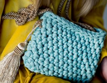 Mereroheline heegeldatud käekott, kuldse reguleeritava õlapaelaga